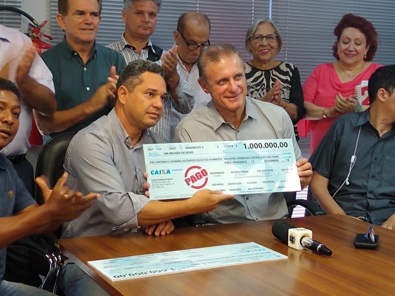 Marco Vinicius Ropelli - Ontem, Demerson entregou cheque simbólico de R$ 1 milhão a Bugalho