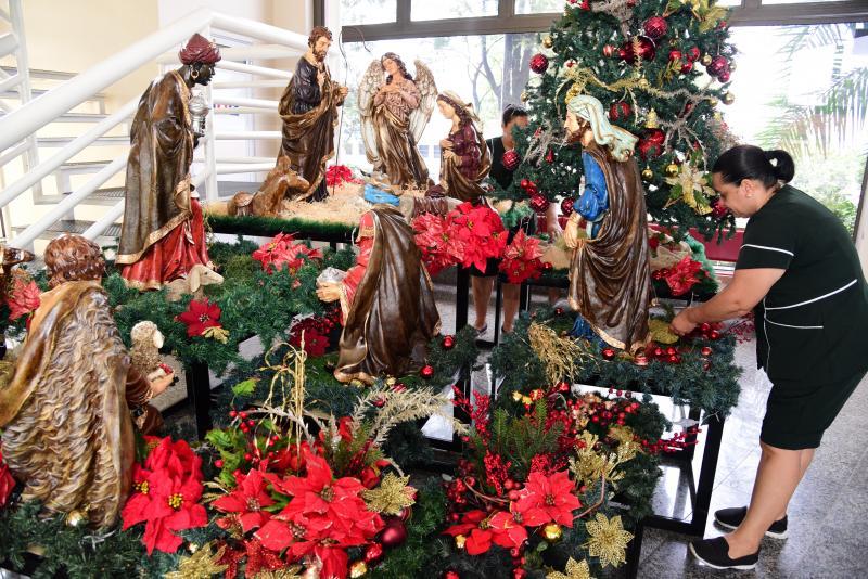 Paulo Miguel:Funcionárias da paróquia São Judas Tadeu, de Prudente, organizam o presépio da igreja