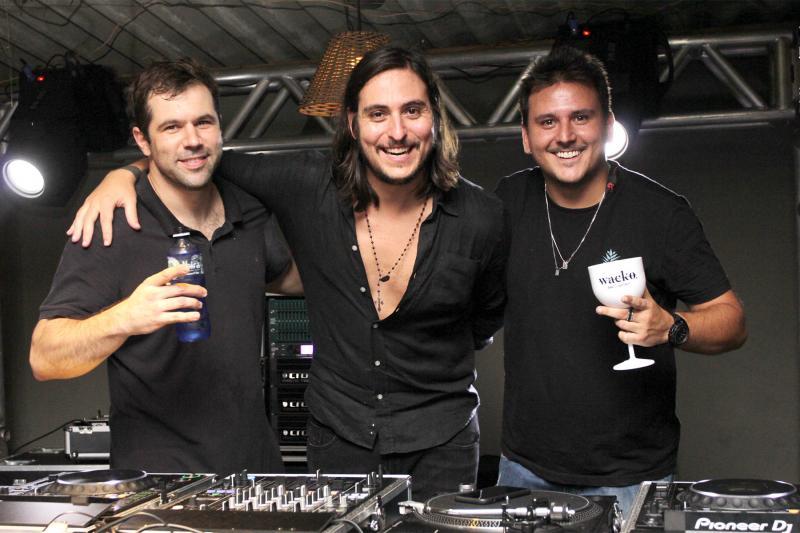 DJ e produtor, Pedrinho Almeida, do Make u Sweat no Wacko entre Henrique Leal e Marcelo Medeiros Filho