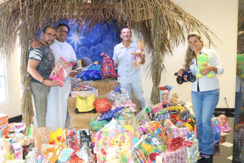 """Médico Henrique Liberato Salvador doou os brinquedos arrecadados da Campanha de Natal """"Casa Nono Salvattori"""" para a pediatria do Hospital Regional de Prudente"""