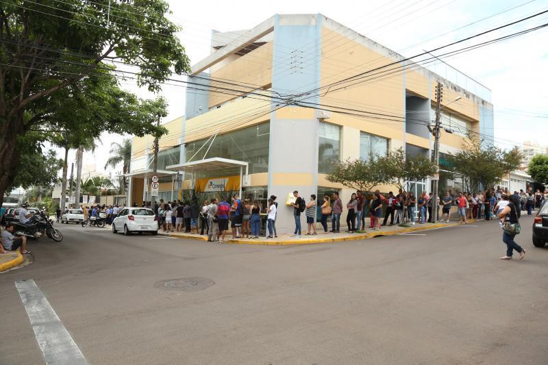 Isadora Crivelli - Fila de eleitores na 402ª ZE dobrava a esquina na manhã de ontem