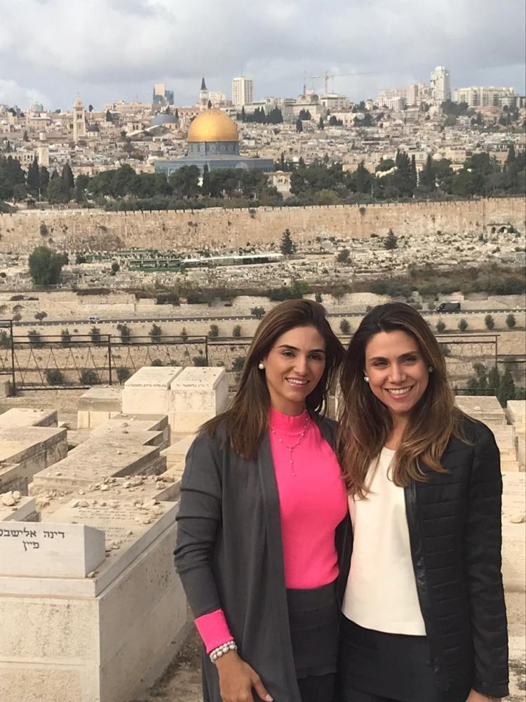 Paula e Fernanda Guimarães, no Muro das Lamentações em Jerusalém, durante a excursão Terra Santa, da Companhia de Viagem