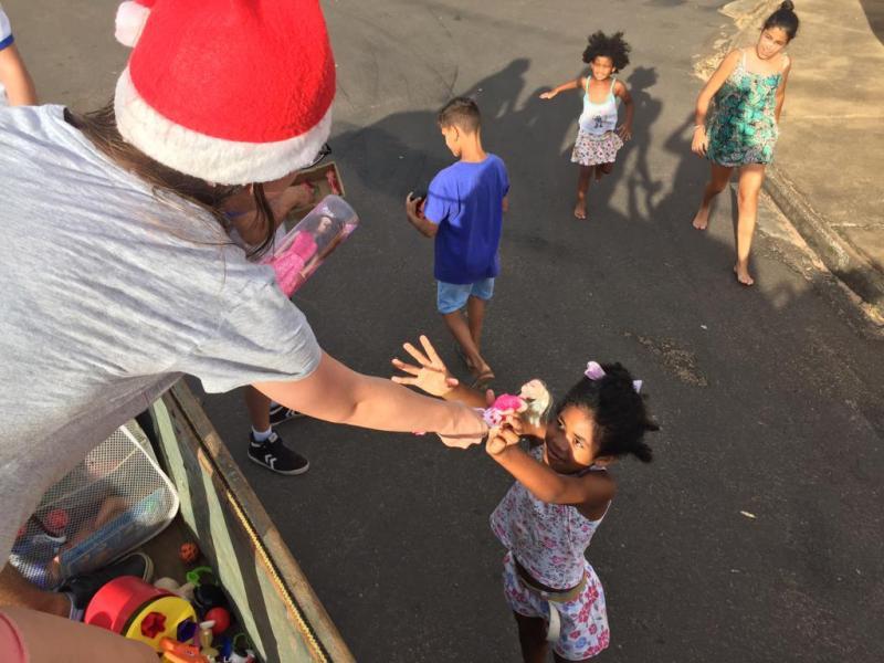 Cedida - Brinquedos são distribuídos a crianças por voluntários
