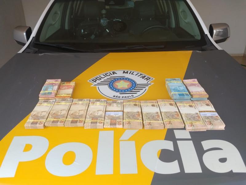Foto: Polícia Militar Rodoviária – Dinheiro foi localizado no bagageiro externo do ônibus