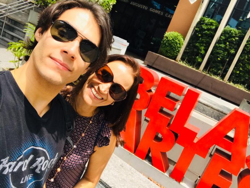Ator prudentino Gabriel Kater com a mãe Daniele Kater, em frente à faculdade Belas Artes de São Paulo