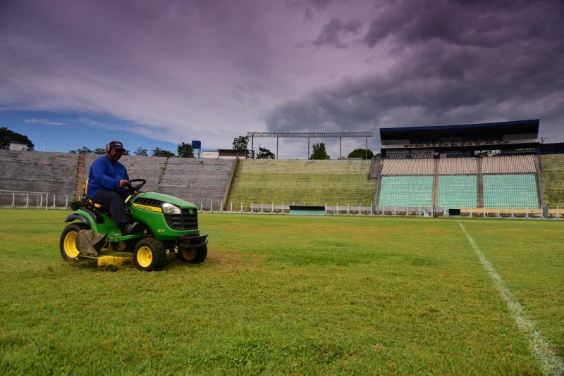 Paulo Miguel - Funcionário cuida do gramado, que já foi palco de muitos dribles; Segundona do Paulista deve ocorrer no local a partir de abril