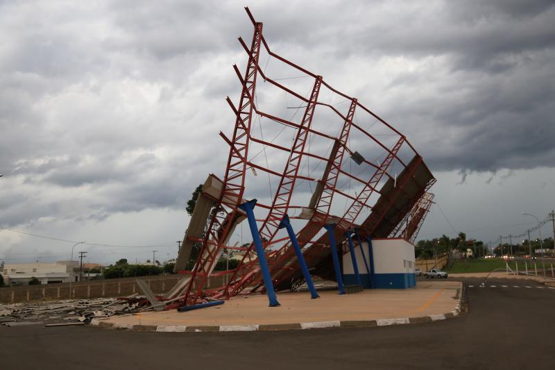 Arquivo - Forte ventania ocorrida em Prudente causou o tombamento da estrutura metálica do Terminal Urbano da Zona Oeste
