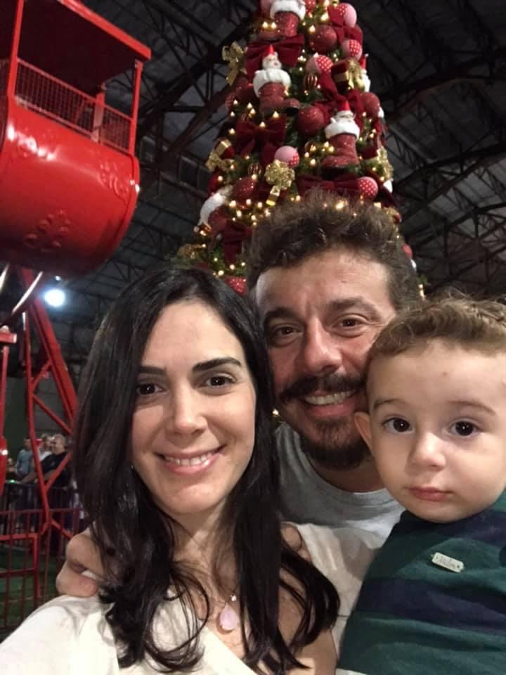 Benito Cerávolo com o filhão e a esposa Dayane Coser Cerávolo no Vila Natal no IBC