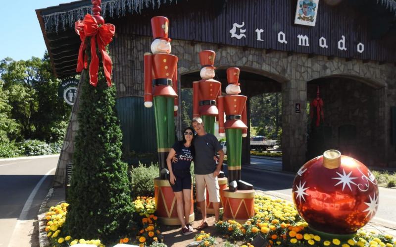 Ed Willian Ferreira e Rosemeire Caetano Ferreira estiveram na Serra Gaúcha, aproveitando o Natal Luz, em excursão da Balbino Tur