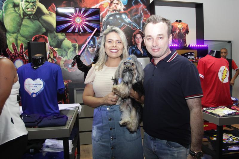 Nayara Rodrigues e Eduardo Delfin com o pequeno Pepy na Loja das Camisetas