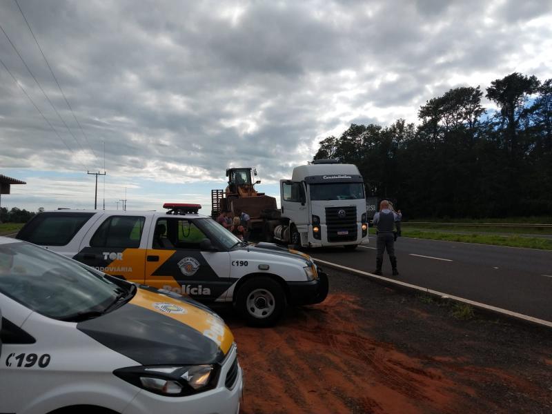 Polícia Militar Rodoviária - Agentes abordaram veículo que transportava maquinário nas proximidades do km 440+900, na SP-425