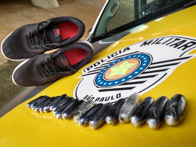 Polícia Militar Rodoviária - Agentes localizaram 19 cápsulas de cocaína no interior de calçados