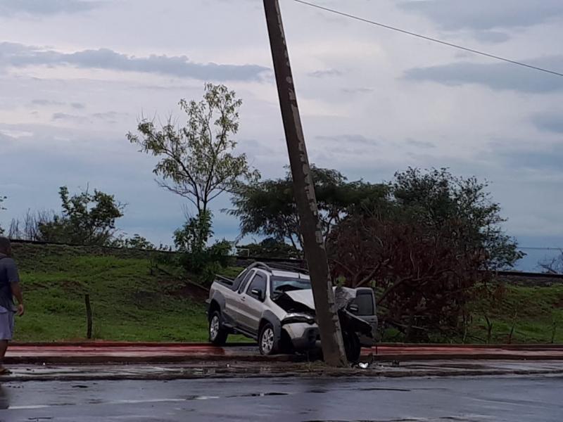 Oslaine Silva - Motorista perdeu o controle e bateu em um poste