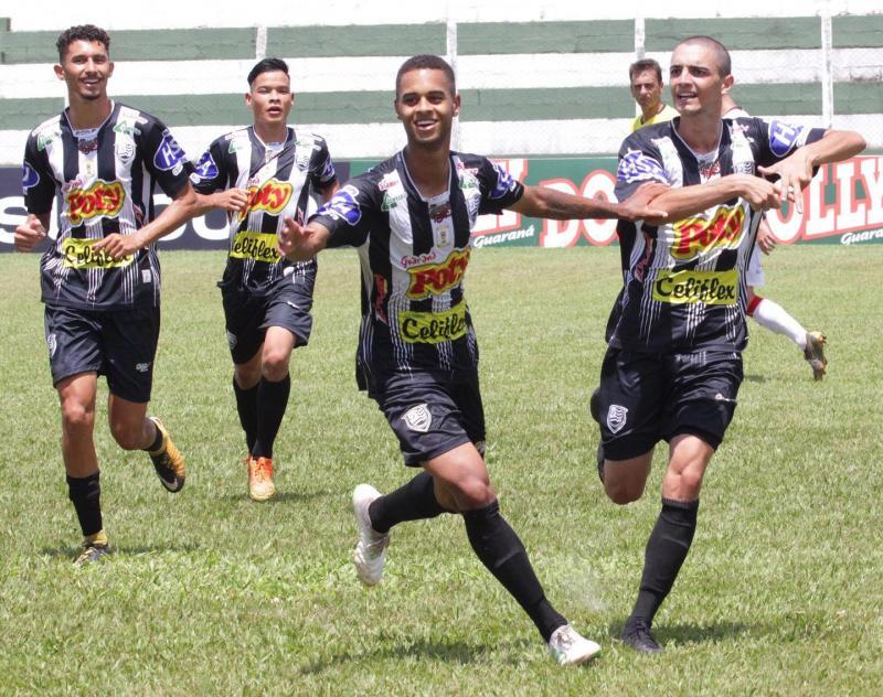 Foto: Rafael Bento/Divulgação - Ao lado dos colegas, João Pedro (à dir.) vibra por seu primeiro gol