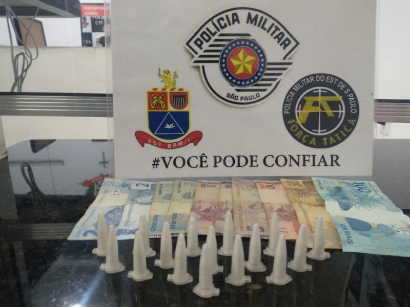 Polícia Militar - Agentes flagraram 16 pinos de cocaína
