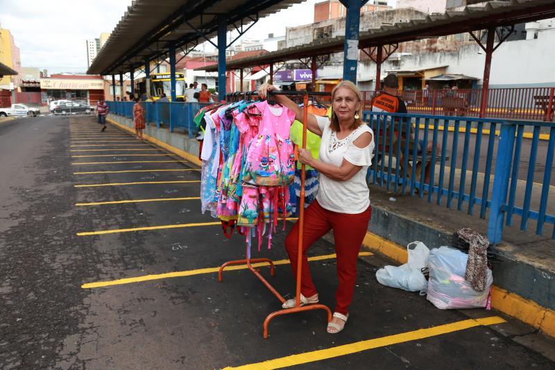 Isadora Crivelli - Enquanto os containers não chegam, Gilda improvisou um cabideiro para vender roupas: