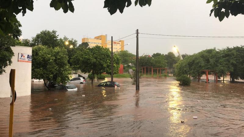 Diogo Ribeiro/Cedida - Chuva intensa na tarde de ontem voltou a alagar o Parque do Povo, provocando prejuízos