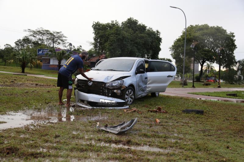 Weverson Nascimento - Após fim da chuva, veículos foram encontrados espalhados pelo Parque do Povo