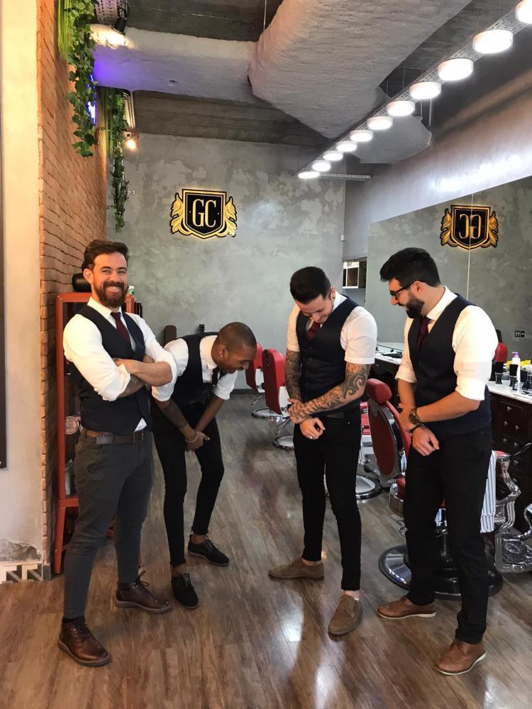 Cedida - Daniel Moura em capacitação na Gentleman's Code Barberhouse, no centro de Lisboa, Portugal; aqui com os amigos Felipe, Igor e Tiago