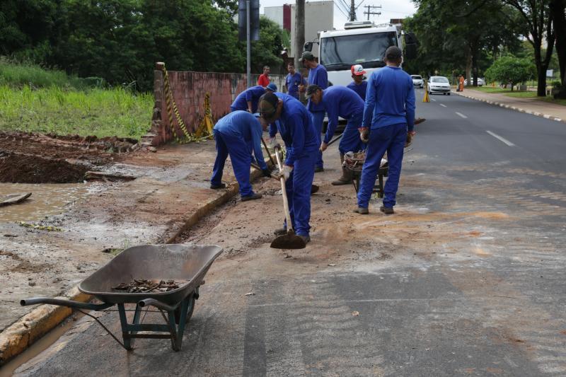 Isadora Crivelli - Servidores municipais recolhem entulhos da queda de um muro causada pelas chuvas