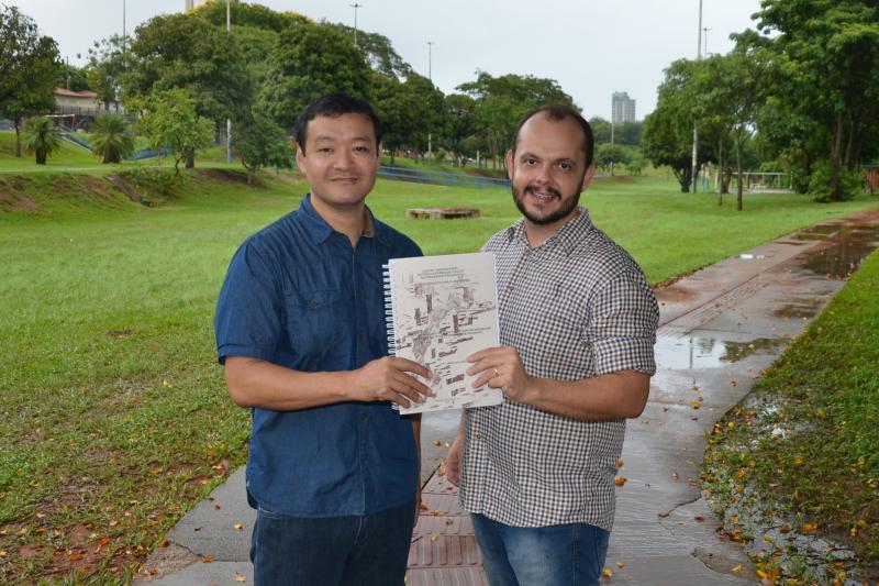 Professor Luciano Osako e estudante de Arquitetura e Urbanismo, Marcos José Martins da Costa, autor de um estudo com soluções sobre os problemas de enchentes no Parque do Povo