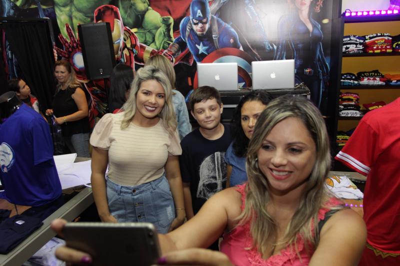Miguel Toninato - Nayara Rodrigues recebe a família e pausa para uma selfie na Loja das Camisetas
