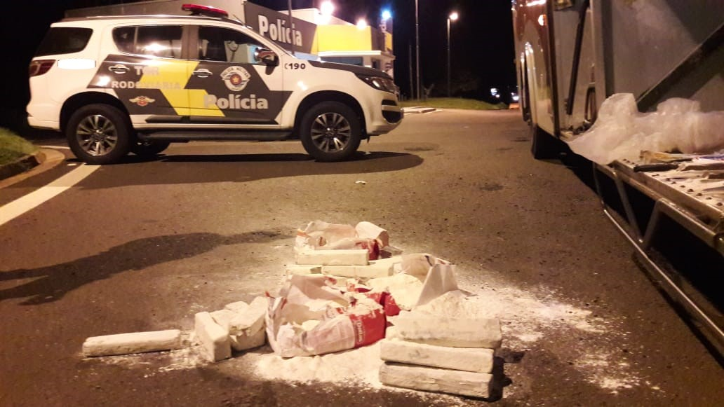Polícia Militar Rodoviária - Na cesta básica, havia três pacotes de farinha de trigo, dentro dos quais a droga estava escondida
