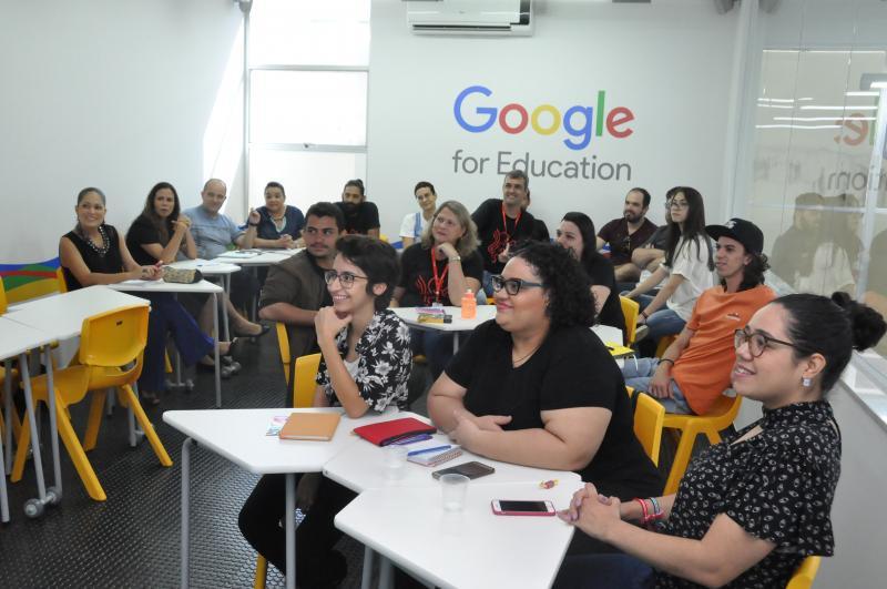 Equipe docente da Cultura Inglesa na nova Sala Google, durante capacitação para o Google For Education
