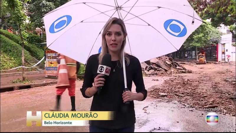 """Divulgação - Cláudia Mourão, de Belo Horizonte, fez a sua entrada no telejornal """"Hoje"""" com o guarda-chuva"""