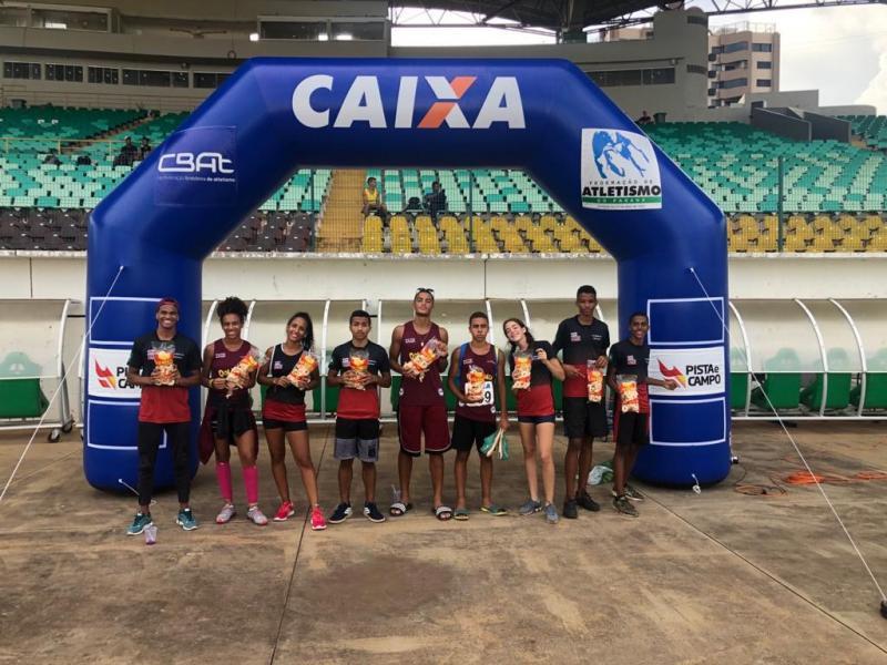 Cedida:Atletas com Cremilson no Estádio William Davids, em Maringá