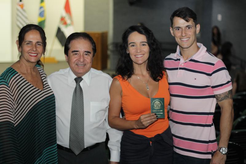 Agora médica Hévila Souza entre os pais Sandra e Gilson Amâncio e o maridão Rodrigo Cacciatore