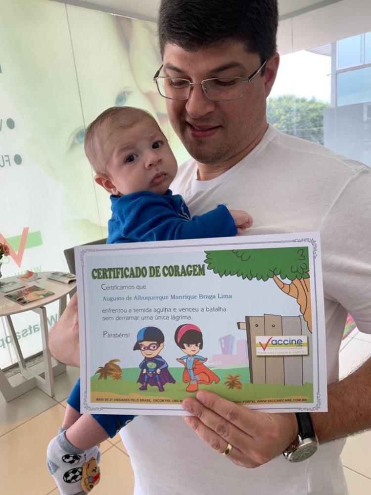 Foto: Cedida -Pequeno Augusto no colo do papai Leandro na Vaccine Care Euromarket