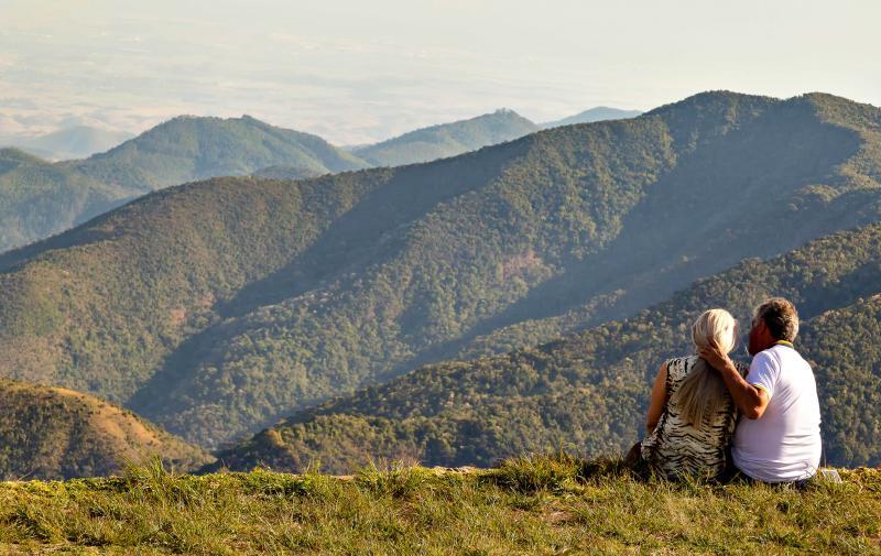 Fotos: Wagner Ribeiro - Casal admira a vista do Pico Agudo, na Serra da Mantiqueira