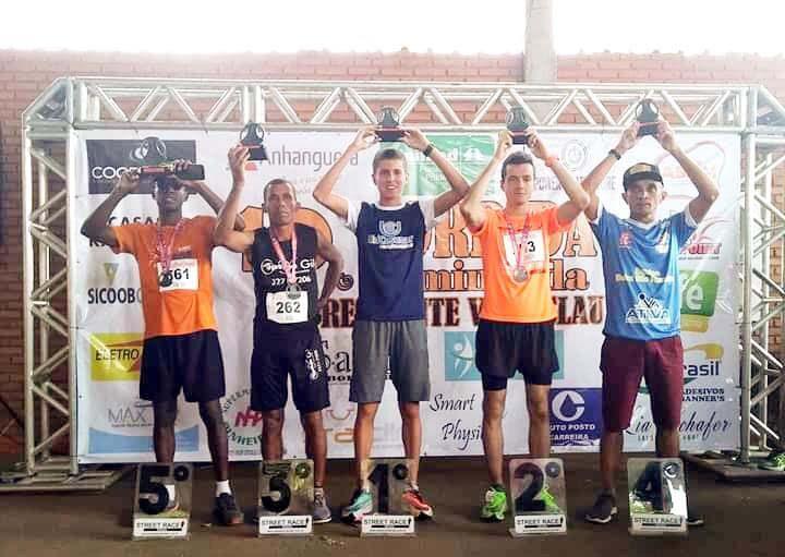 Foto: Cedida - Pódio dos cinco rapazes campeões da categoria geral, no domingo, em Venceslau