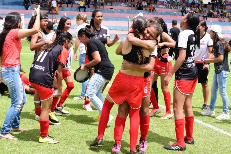 Foto: Arquivo / Paulo Miguel - Meninas em comemoração pelo título do Campeonato Estadual, em casa, no Caetano Peretti