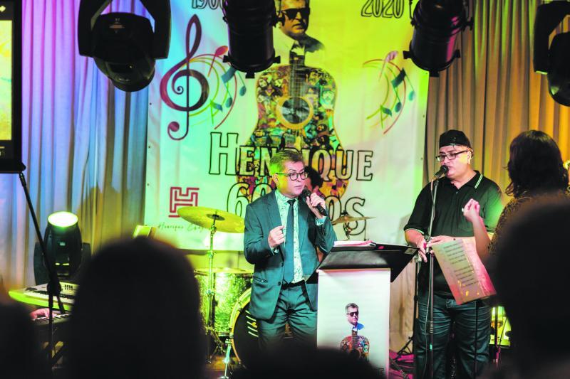 Henrique Chagas canta para seus convidados