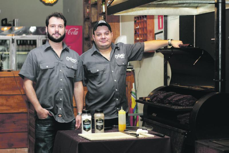 Os mestres do churrasco texano, Walter Lemes Neto e Luciano Casimiro, comanda o Pit Smoker e Pit Parrilla, no Casimiro Bar.B.Q