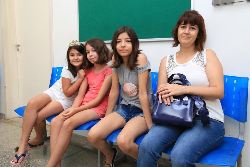 Weverson Nascimento - Suellen levou as três filhas para acompanhar a situação das vacinas