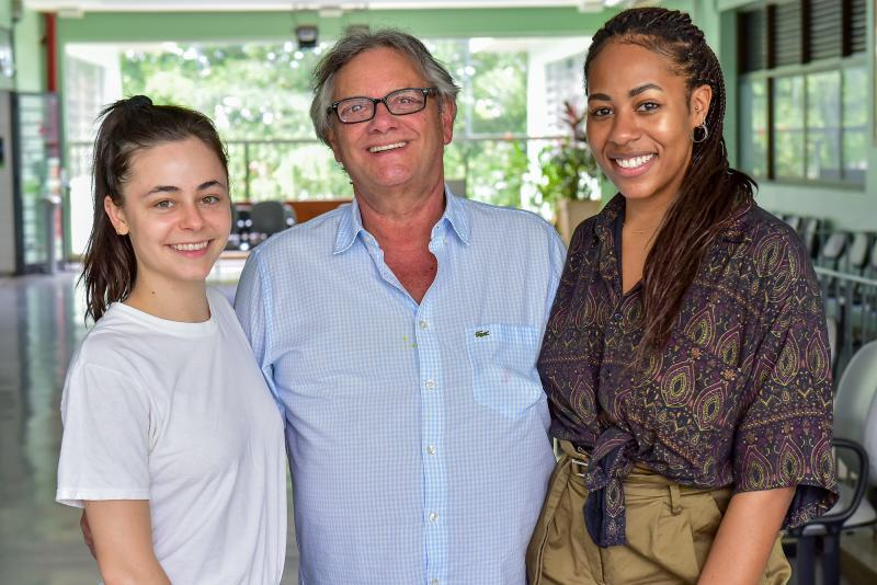 Cesar Lima, diretor geral da Apec/Unoeste, recebeu as norte-americanas Grace Gevieve McHale e Emily Marsha Bowen, que ficarão por nove meses na universidade como professoras assistentes no curso de Letras