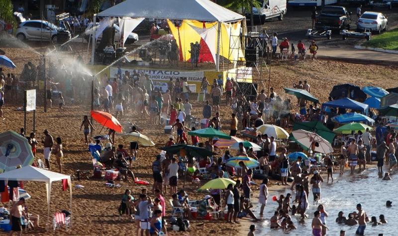 Foto– Cedida - A praia fluvial de Presidente Epitácio fica cheia de foliões, turistas de tudo quanto é região no carnaval