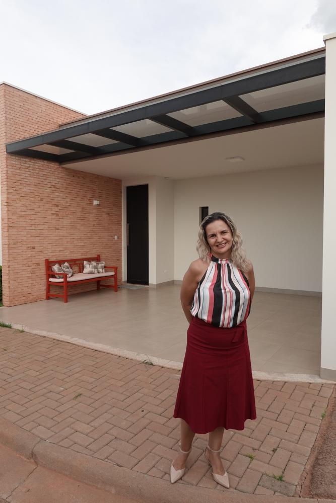 A corretora Maristela Dutra, da Imobiliária Prime/Sistema, no plantão de vendas do Essenza House & Garden