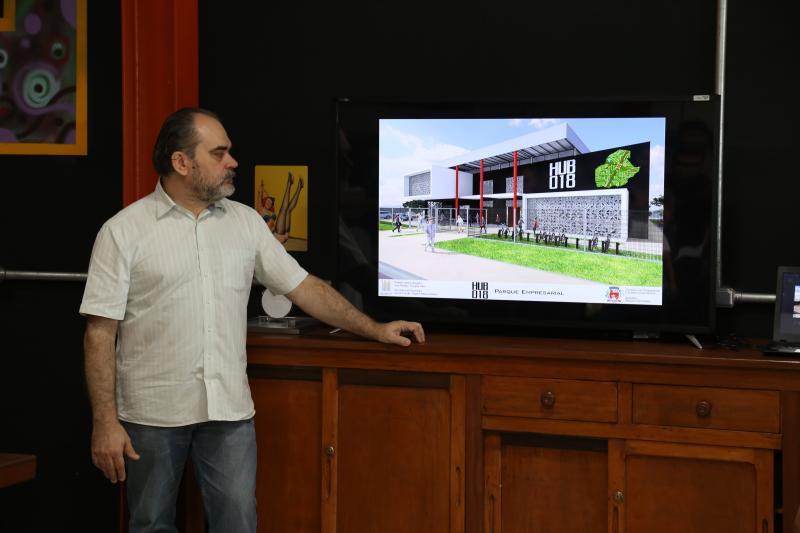 Isadora Crivelli - Alessi demonstra as instalações e diferencias do projeto do HUB-018