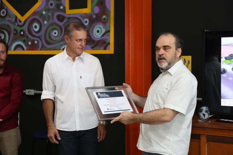 Isadora Crivelli - Bugalho recebeu o certificado de prefeito inovador das mãos de Rogério Alessi