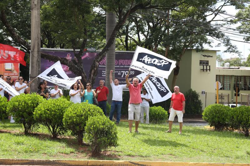 Isadora Crivelli - Membros da Apeoesp se reuniram em frente ao HR para protestar