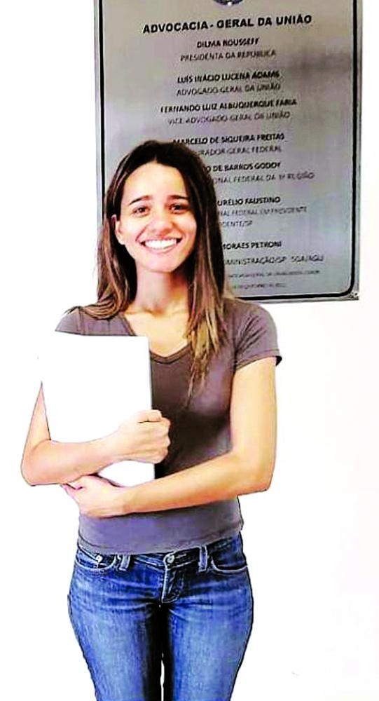 """""""Gosto bastante do meu curso, pois somos apoiados e contamos com professores bem qualificados"""", pontua Laura Iris Vincoleto Silva"""