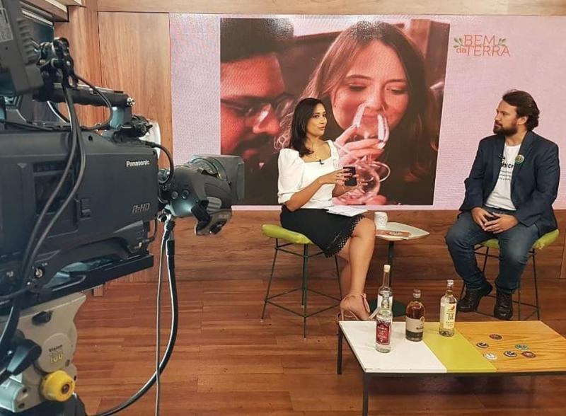 Foto: Cedida - Prudentino Bruno Videira diretor da Viva Cachaça em São Paulo é entrevistado pela jornalista Renata Maron no programa Bem da Terra, no canal Terra Viva, do grupo Band TV