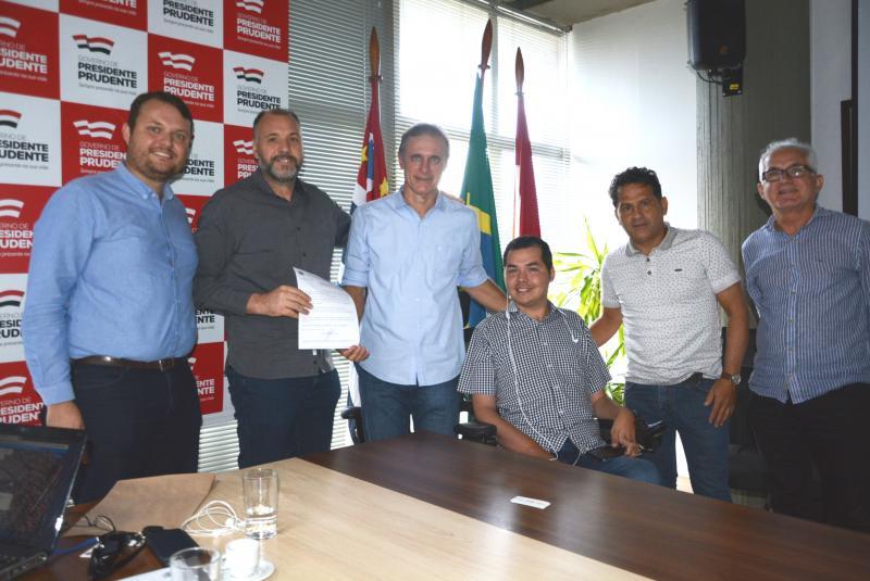 """Foto: Guto Nogaroli e Rodrigo Machado, sócio-diretor e gerente de expansão da Rede """"Amigão Supermercados"""", são recebidos no gabinete do prefeito Bugalho"""