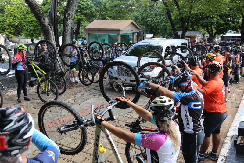 Gabriel Buosi - Ciclistas se reuniram no cemitério e fizeram um corredor com as bicicletas para o último adeus