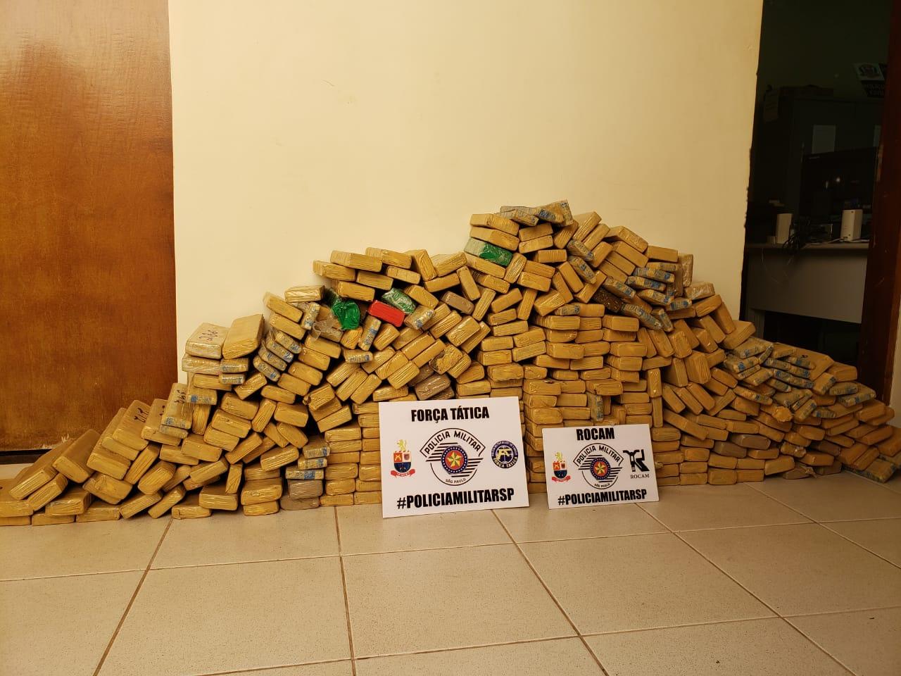 Polícia Militar  - Após pesagem, maconha totalizou aproximadamente 300 kg