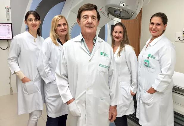 Foto: Miguel Toninato -Oncologista Roberto de Arruda Almeida entre as técnicas médicas do Instituto de Radioterapia em Presidente Prudente